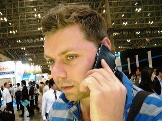 KDDI s speaker less phone has good vibrations